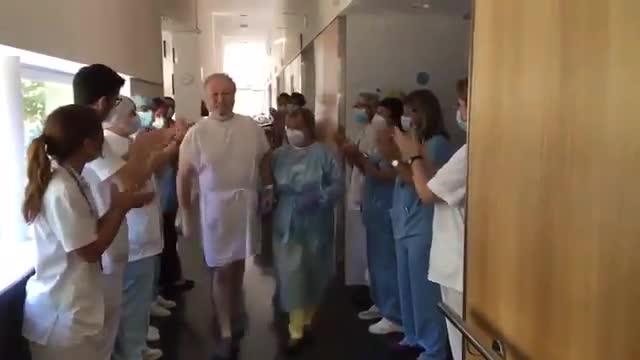 El Hospital del Mar despide con un aplauso a Isidre Correa, tras pasar 50 días en la UCI.