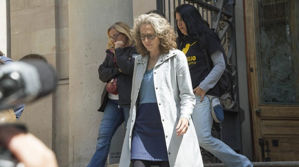 Ester Quintana sale, el pasado abril, dela Audiencia de Barcelona tras declarar en el juicio por la agresión policial que le ocasionó la pérdida de un ojo.