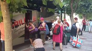 Un grupo de turistas franceses monta en el autocar que les trasladará a Platja d'Aro tras tener que abandonar el Marina Sand.