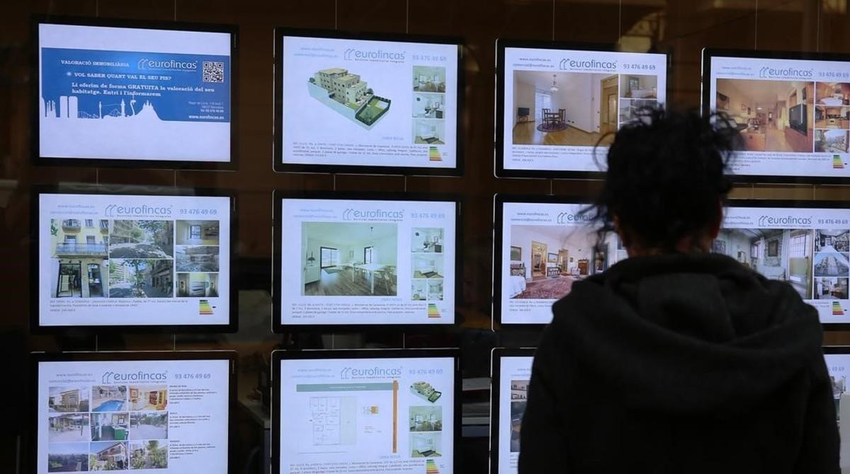 Oferta de pisos de una inmobiliaria del Eixample de Barcelona.