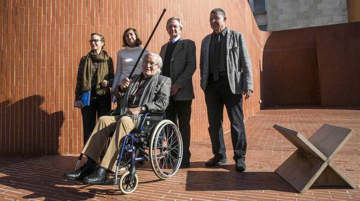 Oriol Bohigas, en silla de ruedas, ante Lina Vilá, Pati Nuñez, Helio Piñón y Jordi Ros, en la zona de la Escola Tècnica Superior dArquitectura de Barcelona ampliada por Coderch.
