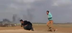 Imagen del vídeo en el momento en que el joven palestino recibe un disparo en la espalda, el sábado en Gaza.