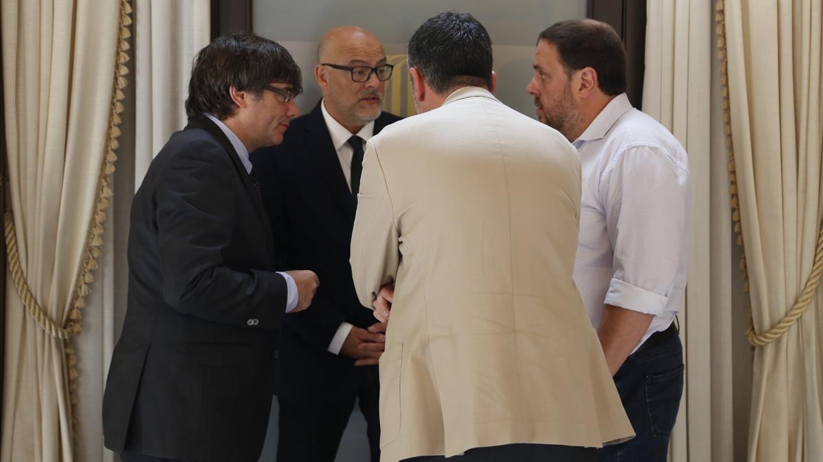 Imagen de las conversaciones en el pasillo del Parlament.