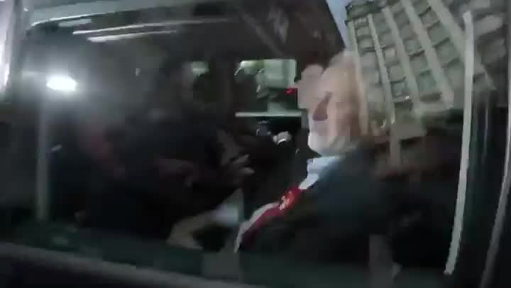 Imágenes del atropello de un cámara de la BBC por el coche oficial de Jeremy Corbyn.