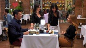 Iñaki, las camareras gemelas y Lola en 'First Dates'.