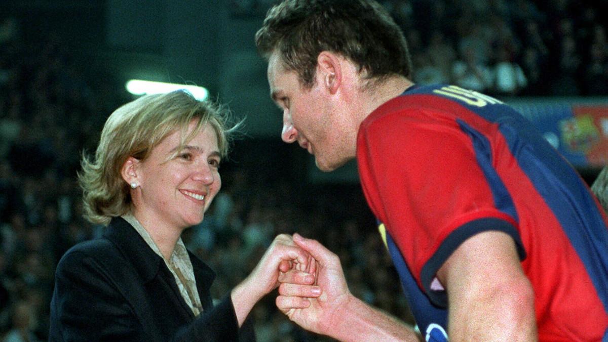 Iñaki Urdangarin besa la mano a la infanta Cristina en la final de la Copa de Europa disputada en Zagreb, en abril de 1999.