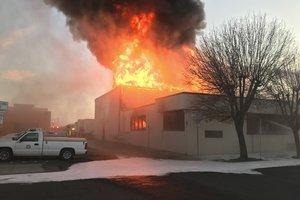Más de dos docenas de bomberos acudieron a apagar el incendio que comenzó en la sección infantil de la biblioteca.