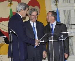 El ministro de Exteriores italiano,Paolo Gentiloni, el secretario de Estado de EEUU,John Kerry, y el representante especial, Martin Kobler, durante la conferencia de Roma.
