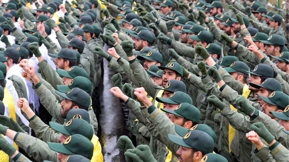 Irán celebra 40 años de revolución. En la foto, efectivos de la Guardia Revolucionaria iraní corean consignas durante una ceremonia por el 40aniversario de la Revolución Islámica de 1979, este lunes en la plaza Azadi (Libertad) de Teherán (Irán).