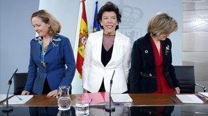 Laministrade Economía, Nadia Calviño, la ministra Portavoz, Isabel Celáa, y la ministra de Sanidad, María Luisa Carcedo, en la rueda de prensa posterior al Consejo de Ministros.