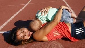 La deportista Isabel Macías, con su hijo.
