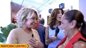 Historia de la televisión: Isabel Pantoja y Mila Ximénez se abrazan tras encontrarse en los pasillos de Telecinco