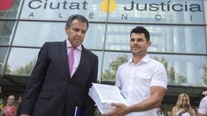 Javier Sánchez (derecha) y su abogado, ante la Ciutat de la Justícia de Valencia.
