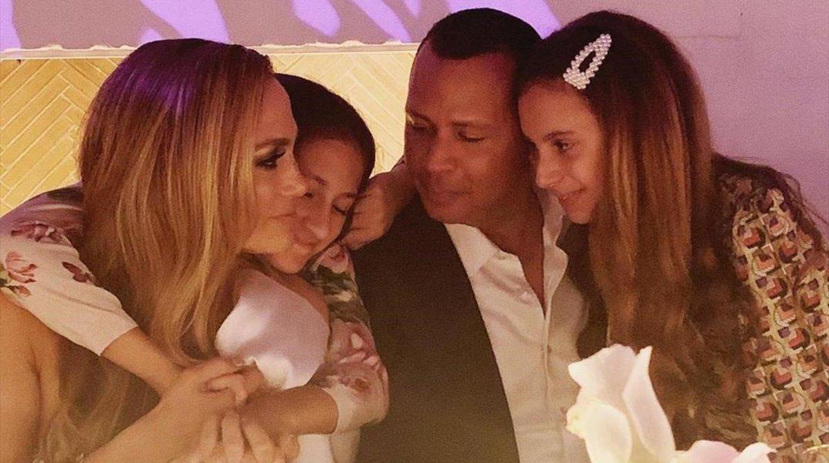 La cantante ha compartido varias imágenes de la velada a la que han acudido familiares y amigos de la pareja.