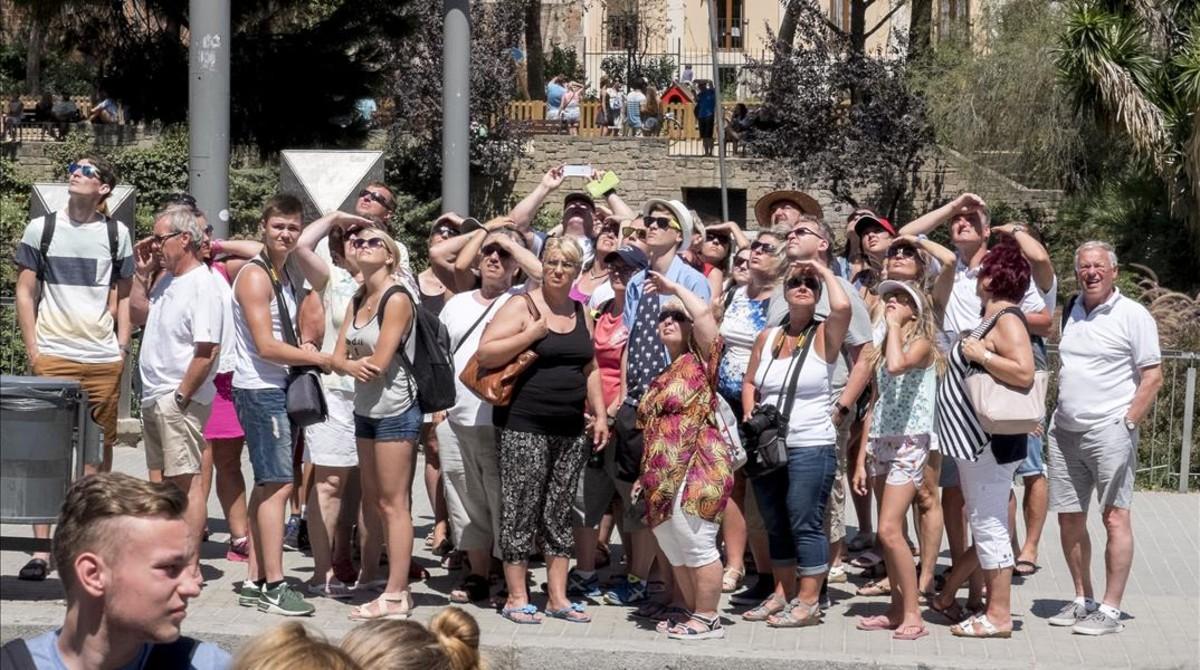 Turistas observan laSagrada Família