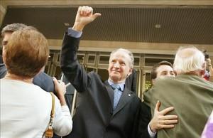 Juan María Atutxa saluda a los simpatizantes reunidos frente a los juzgados de Bilbao en la primera sesión del juicio por desobediencia, el 26 de octubre del 2005.