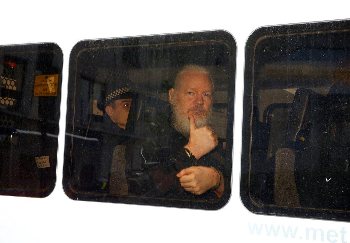 Julian Assange, tras ser arrestados en Londres, en abril pasado.