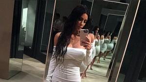 Kim Kardashian posa en un selfie en una foto de su Instagram.