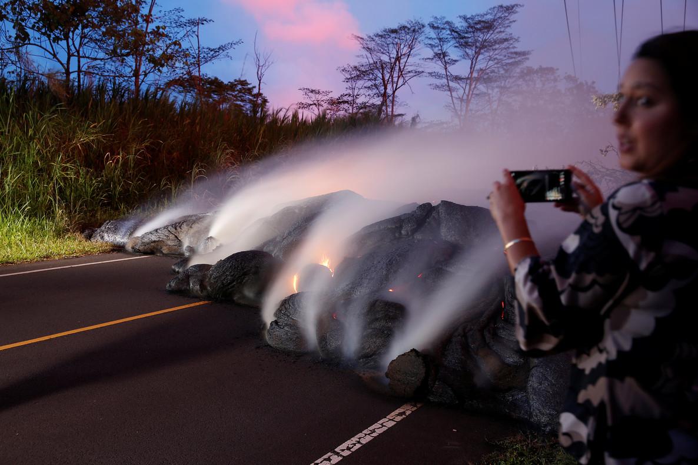La lava del Kilauea avanza por una carretera de Pohoiki, cerca de Pahoa, en Hawái, el pasado lunes.