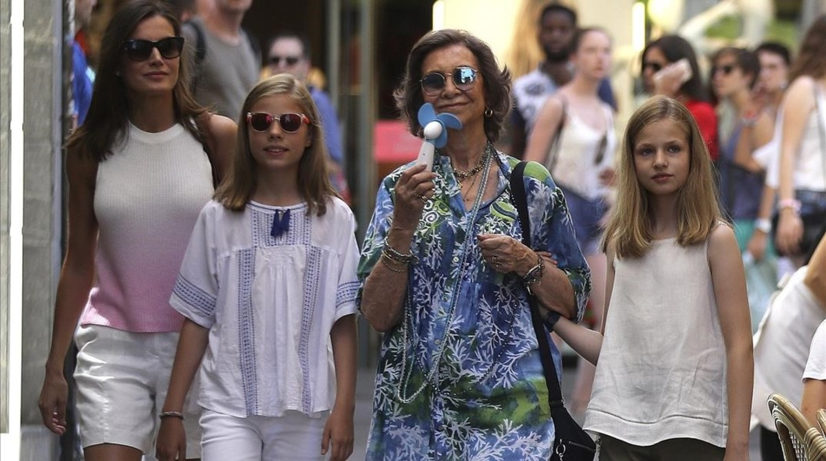 La reina Letizia, la infanta Sofía, la reina Sofía, con ventilador en mano, y la princesa Leonor, en la calle San Miguel de Palma.