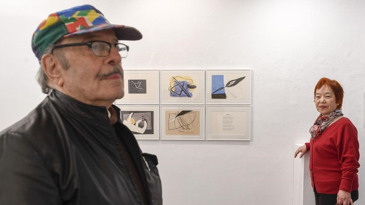 Lluís Pessa y Fusako Yasuda, ante sus obras de 'Capgirada' (1995), en la Galería Eude.