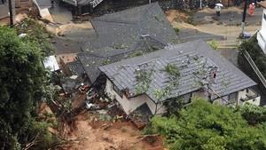 Los equipos de rescate trabajan en Kitakyushupara hacer frente a los varios deslizamientos debidos a las lluvias torrenciales.