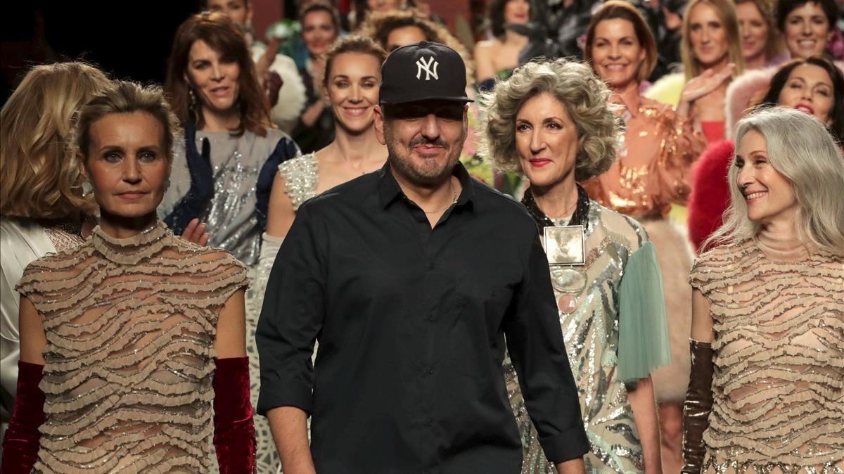 Juan Duyos, con sus modelos en la salida final de su desfile.