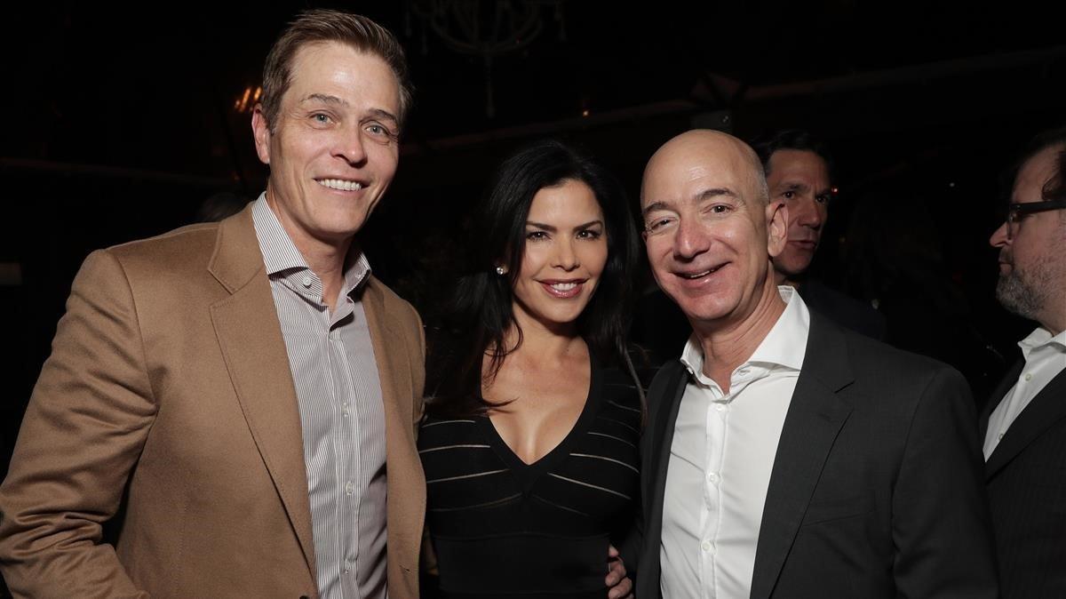 De izquierda a derecha, Patrik Whitesell, su esposa Lauren Sanchez y el multimillonario Jeff Bezos.