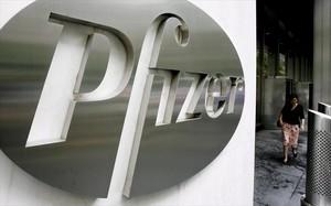El logo de Pfizer en su sede central, en Nueva York.