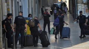 Agentes de la Policía Nacional abandonanlos hoteles de Reus donde se alojaron, el pasado 5 de octubre.