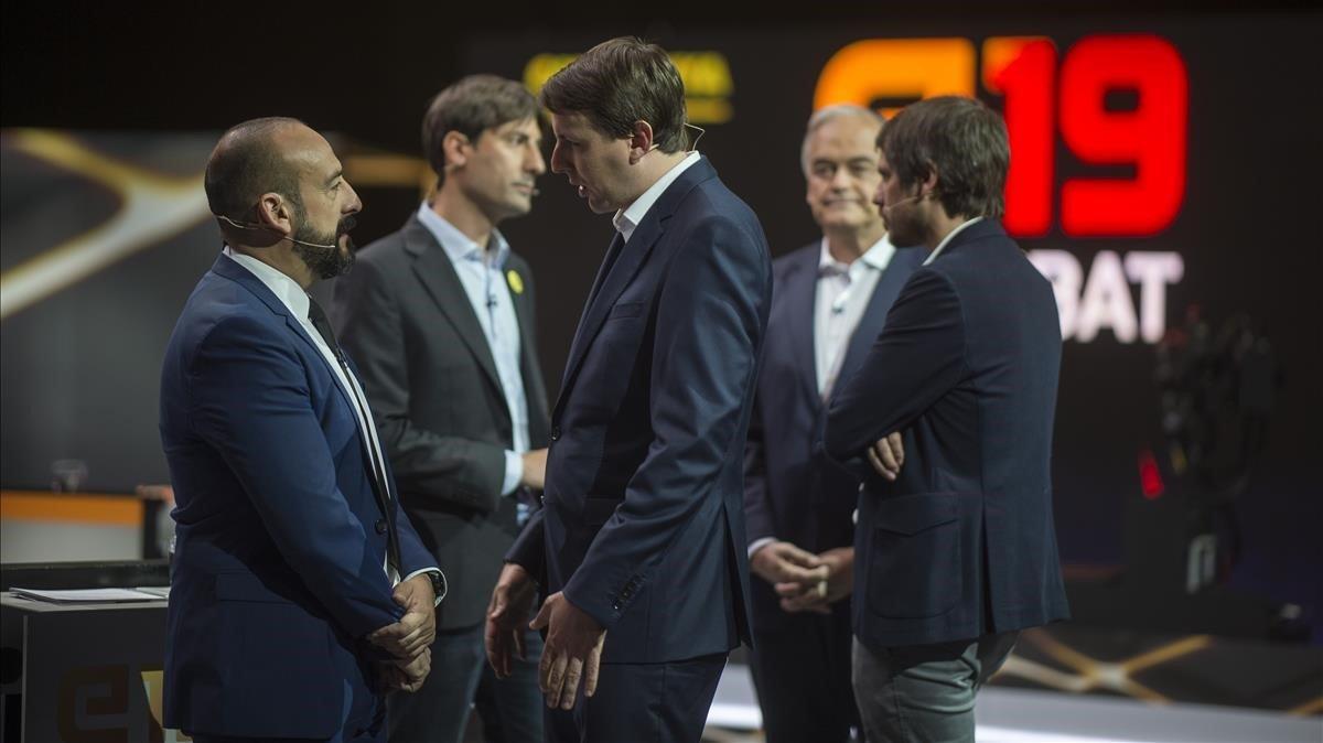Los candidatos a las elecciones europeas, conversan antes de iniciar el debate, en el estudio de TV3.