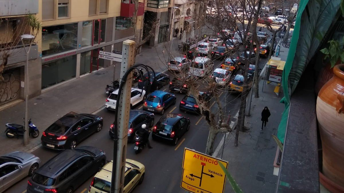 Los cuatro carriles de la calle de la Independència, en hora punta