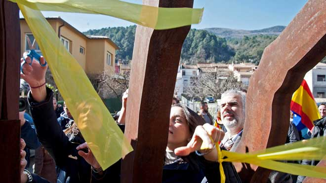 Los diputados de Ciudadanos retiran lazos amarillos en Amer, el pueblo natal de Puigdemont.