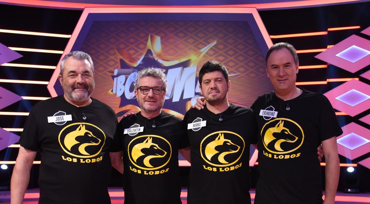 Los cuatro concursantes de ¡Boom! posan en una pausa del programa.