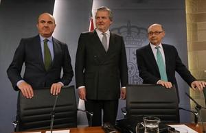 Los ministros Luis de Guindos (Economía), Íñigo Méndez de Vigo (Cultura y portavoz del Gobierno) y Cristóbal Montoro (Hacienda), en el palacio de la Moncloa en una imagen de archivo.