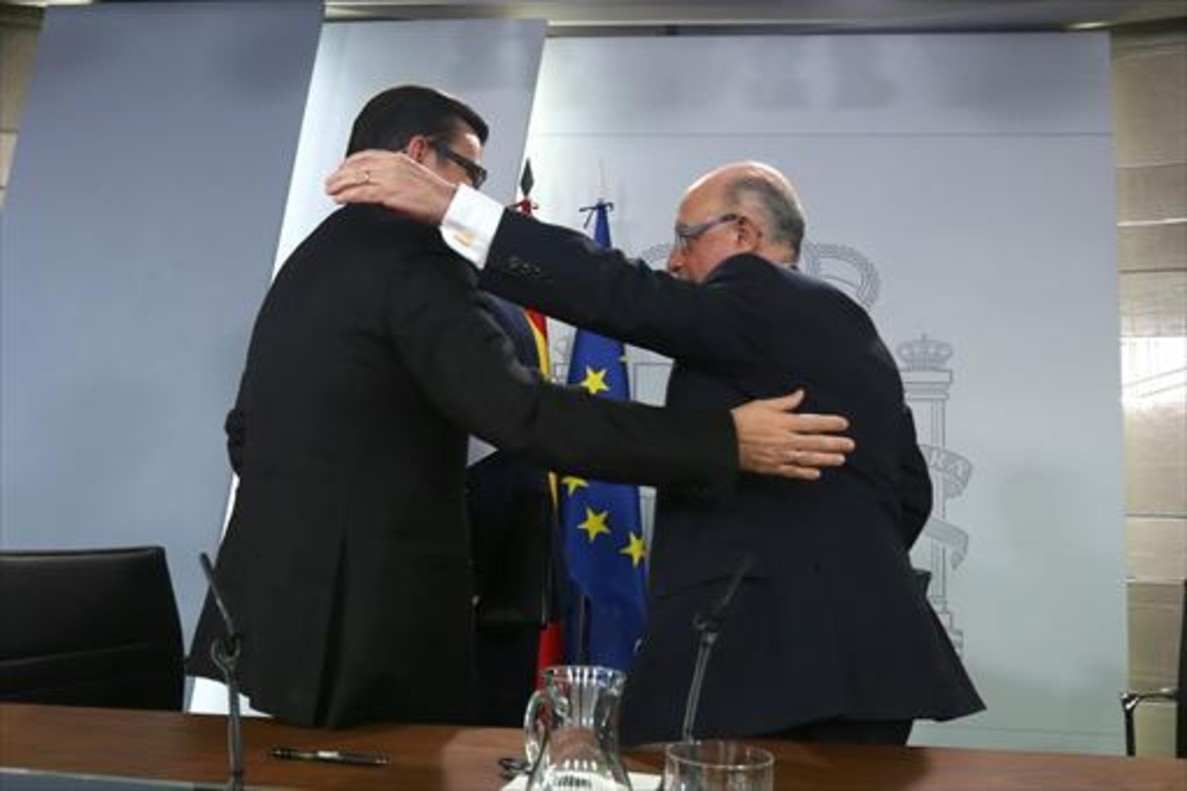 Los ministros Román Escolano y Cristóbal Montoro, tras la rueda de prensa del Consejo de Ministros del miércoles.
