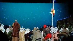 Los Pastorets de Vic parodian el accidente del paracaidista en el desfile del 12 de octubre