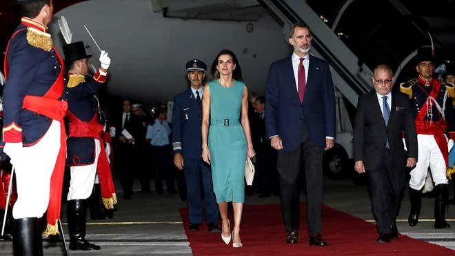 Los Reyes tardan una hora en bajar de su avión a su llegada a Argentina.
