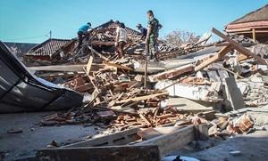 Los servicios de rescate buscan víctimas entre los escombros en la isla de Lombok.