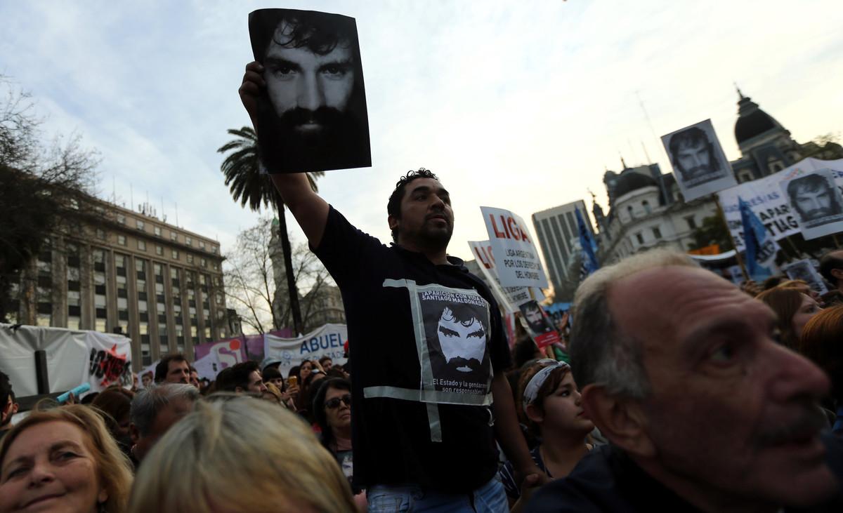 Un manifestante sostiene la foto de Santiago Maldonado, manifestante desaparecido durante unas protestas de apoyo a los indios mapuches.