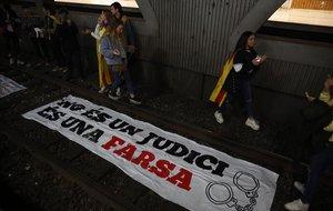 Manifestantes cortan las vías de la estación de plaza de Catalunya, en Barcelona.