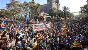 Manifestantes independentistas rodean la Ciutadella, cerca del Parlament, en octubre del 2017.