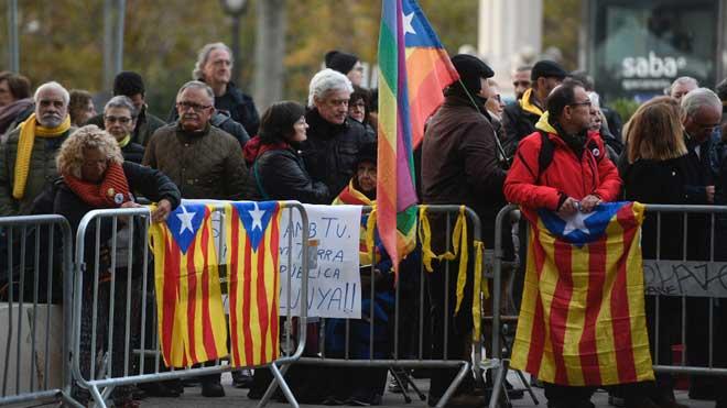 Manifestantes que apoyan a Torra hacen la 'ola Tsunami' frente al Tribunal Superior de Justícia de Catalunya.