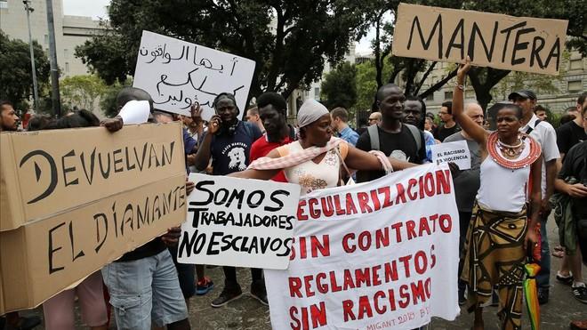 manteros protestan en plaza catalunya