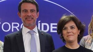 Manuel Valls y Soraya Sáenz de Santamaría, el pasado 19 de abril en Madrid.