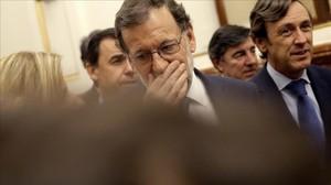 Mariano Rajoy sale del Congreso tras el primer rechazo a su candidatura.