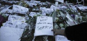 Marroquís colocan flores y mensajes de solidaridad frente a las embajadas de Noruega y Dinamarca en Rabat tras el asesinato de dos turistas escandinavas.