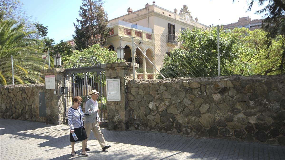 La aparición de amianto paraliza las obras de ampliación de una escuela de Barcelona