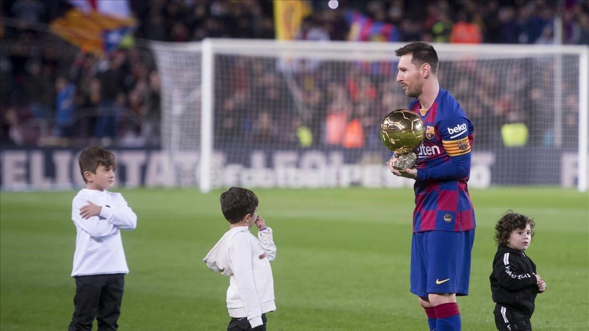 Messi con sus tres hijos (Thiago, Mateo y Ciro) tras recibir el sexto Balón de Oro en el Camp Nou.