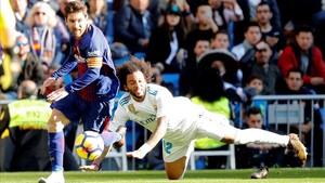 Messi deja atrás a Marcelo en el clásico de la primera vuelta.